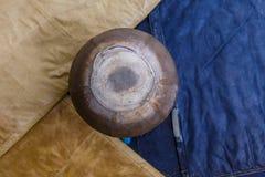 Cheval gymnastique de champignon avec de vieux tapis autour image stock