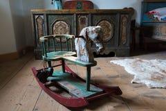 Cheval peint en bois et un coffre dans une chambre Images stock