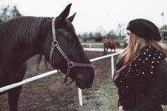 Cheval regardant dans des yeux de belle fille Photographie stock libre de droits