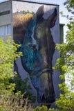 cheval sur le bâtiment portrait sur le bâtiment images libres de droits