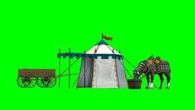 Cheval, tente médiévale et vieux chariot en bois sur le fond vert Photographie stock