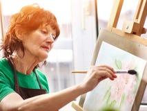 Chevalet de peinture d'artiste dans le studio Femme supérieure authentique photo libre de droits