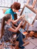 Chevalet de peinture d'artiste dans le studio Grand-mère et enfants authentiques image stock