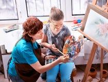 Chevalet de peinture d'artiste dans le studio Grand-mère et enfants authentiques photo libre de droits