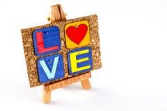 Chevalet et corkboard en bois avec amour de mot Photographie stock
