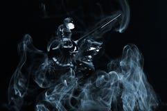Chevalier avec de la fumée images stock
