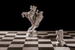 Chevalier blanc classique et la même pièce d'échecs sous forme de med Images stock