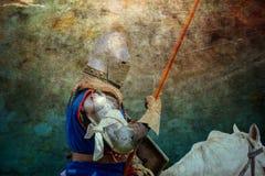 Chevalier blindé sur cheval de bataille - rétro carte postale Images stock