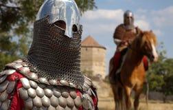 Chevalier européen médiéval dans le château Photographie stock