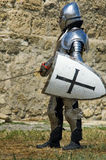 Chevalier européen médiéval près de citadelle Photographie stock