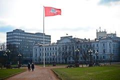 Chevalier historique lithuanien de drapeau sur le fond rouge Images libres de droits