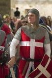 Chevalier-hospitaller chrétien avec l'épée et le bouclier images libres de droits
