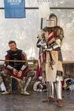 Chevalier - le participant aux chevaliers de ` de festival du ` de Jérusalem se tient sur la liste en prévision d'un duel à Jérus photographie stock