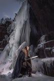 Chevalier médiéval avec l'épée dans l'armure comme jeu de style de trône Photo stock