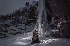 Chevalier médiéval avec l'épée dans l'armure comme jeu de style de trône Image libre de droits