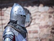 Chevalier médiéval avec l'armure s en métal xiv reconstitution Photographie stock