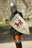 Chevalier médiéval avec le casque et l'épée en métal Photo libre de droits