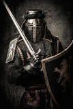 Chevalier médiéval dans la pleine armure image stock