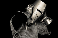 Chevalier médiéval enlevant le casque Images stock