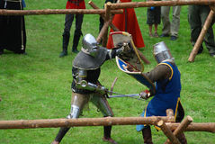 Chevaliers aux pieds médiévaux, combat Image libre de droits