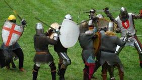 Chevaliers aux pieds médiévaux, combat Photos libres de droits