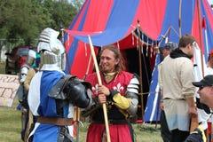 Chevaliers chez le Faire médiéval après avoir jouté Photo libre de droits