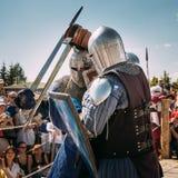 Chevaliers dans le combat avec l'épée Restauration de Photo stock