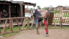 Chevaliers dans les casques en acier d'armure et de cotte de maille combattant au tournoi médiéval banque de vidéos