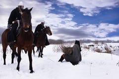 Chevaliers effrayés Hospitallers de paysan et d'équitation Photographie stock libre de droits