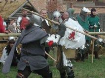 Chevaliers joutants au château teutonic Photographie stock libre de droits