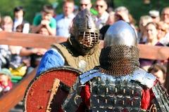 Chevaliers médiévaux dans la bataille Photo stock
