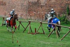 Chevaliers médiévaux joutant Image stock