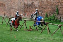 Chevaliers médiévaux joutant Photos libres de droits