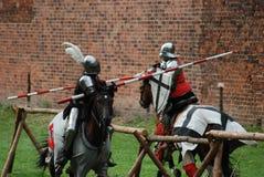Chevaliers médiévaux joutant Photos stock