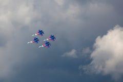 Chevaliers russes d'équipe acrobatique aérienne au salon de l'aéronautique Ciel bleu dans le dos Images stock