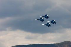 Chevaliers russes d'équipe acrobatique aérienne au salon de l'aéronautique Ciel nuageux dans le Ba Photo libre de droits