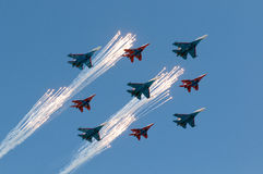 Chevaliers russes de Sukhoi Su 27 russes et 4 Mikoyan MIG 29 Strizhi de l'Armée de l'Air 5 Photographie stock