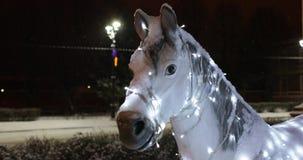 Chevaux avec un feston de chariot Décoration de la rue de nouvelle année banque de vidéos