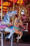 Chevaux dans le carrousel, manège au carnaval image stock