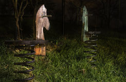 Chevaux de basculage en bois de ressort la nuit Image stock