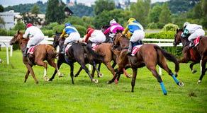 Chevaux de course avec des jockeys sur la maison directement Photo stock