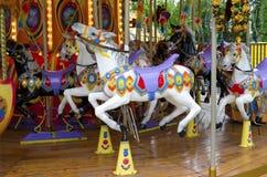 Chevaux de tour de champ de foire Chevaux de carnaval Photographie stock