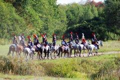 Chevaux de tour de soldats-reenactors sur le champ de bataille Photographie stock libre de droits