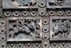 Chevaux et cavaliers antiques, conception sur le plafond du temple hindou en pierre historique du 12ème siècle, Halebidu, Inde photos stock