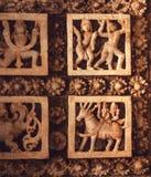 Chevaux et personnes antiques dans la danse, conception sur le plafond du temple hindou en pierre historique du 12ème siècle, Hal images libres de droits