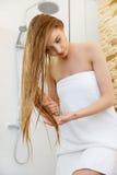 cheveu Beau blond se brossant les cheveux humides Soins capillaires Beau de station thermale Photographie stock libre de droits