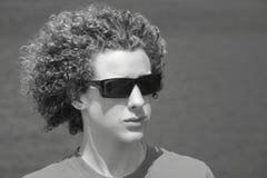Cheveu bouclé de garçon de l'adolescence photo libre de droits