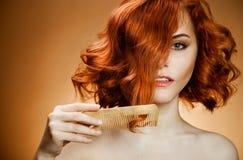 Cheveu bouclé et peigne Image stock