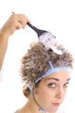 Cheveu de blanchiment avec l'upclose de décolorant photo stock