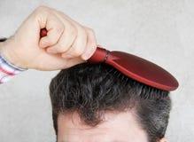 Cheveu de brossage d'homme Images stock
